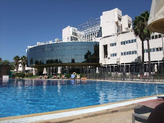 Silken Al-Andalus Palace Hotel: outside pool area and modern lines