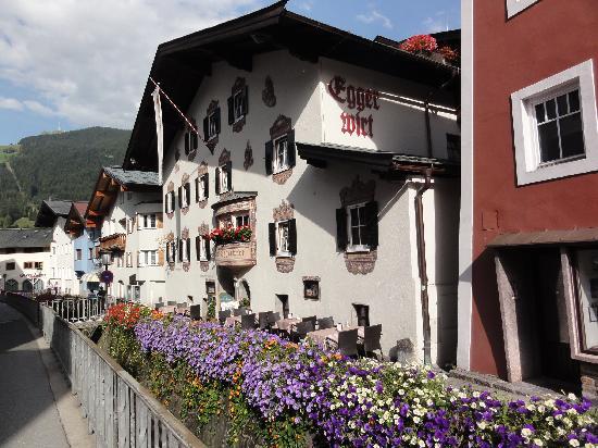 Gasthof Eggerwirt: Le ruisseau coule sous les fleurs