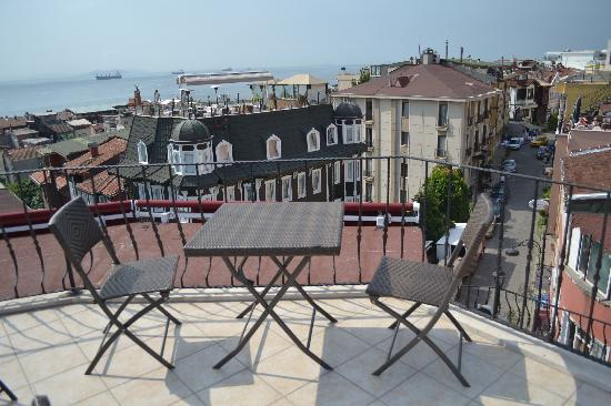 Osmanhan Hotel: terrace which looks out to the Marmara sea and back to the mouth of the Bosphorus.