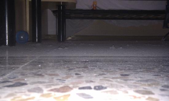 Hotel Aurora: pulizia sotto il letto