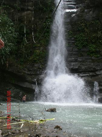 La Union Province, Filipinas: Peter going into the falls