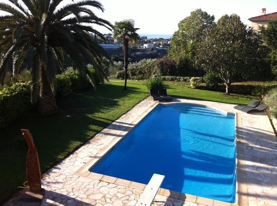 Villa Antoline: Blick aus unserem Zimmer (Le Plein Sud) auf Pool, Garten und Meer :-)