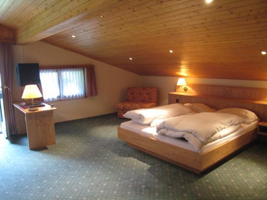 Hotel Alpenhof: bed from sitting area in junior suite on top floor