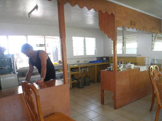 Lagoon Breeze Lodge : Well equiped kitchen