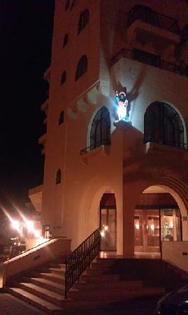 Gillieru Harbour Hotel by night