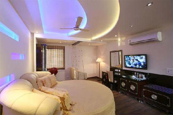 Rooms with modern appliances and beautiful decor picture of hotel intercity new delhi - Beautiful rooms ...