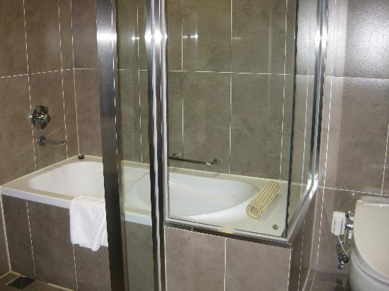 Lotte City Hotel Mapo: バスルームーガラス張りで解放感!