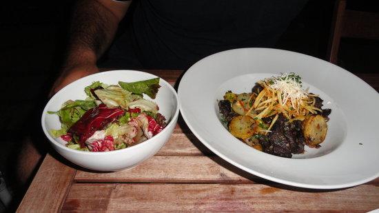 Finkh: Piatto a base di würstel, patate, germogli di soia e insalata