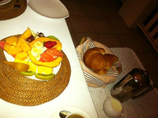 Zimzala Retreat Bed & Breakfast: Fruit and pastries for breakfast