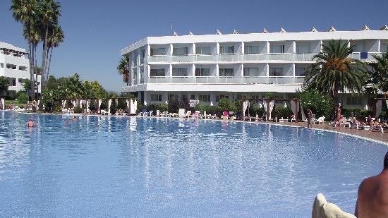 Club Marmara Marbella: vue de la piscine et une partie de l'hôtel