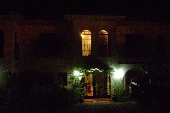 Turtle Nest Inn: Romantic at night