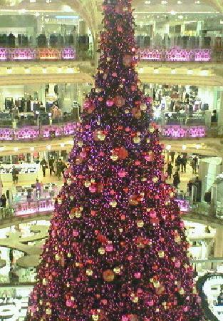 Galeries Lafayette: クリスマスツリーが斜めになるように撮影すると格好良いのですが、これは真横からの写真です(汗)