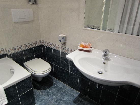 โรงแรมรัฟฟาเอลโล: Large bathroom