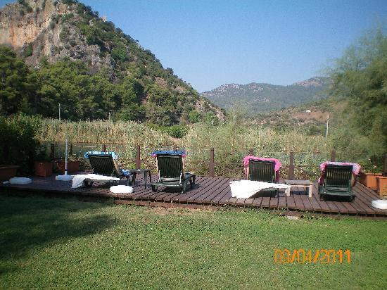 Dalyan Resort: sun beds on river