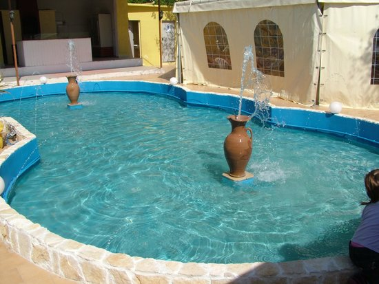 Casalabate, Włochy: fontana zona esterna