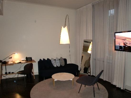 Nobis Hotel: Coin salon/bureau de notre suite