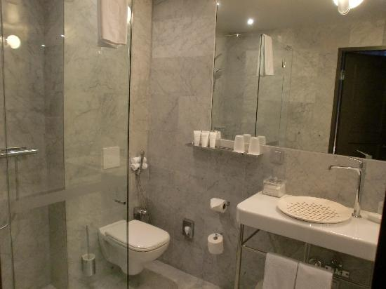 Nobis Hotel: Salle de bain en marbre blanc