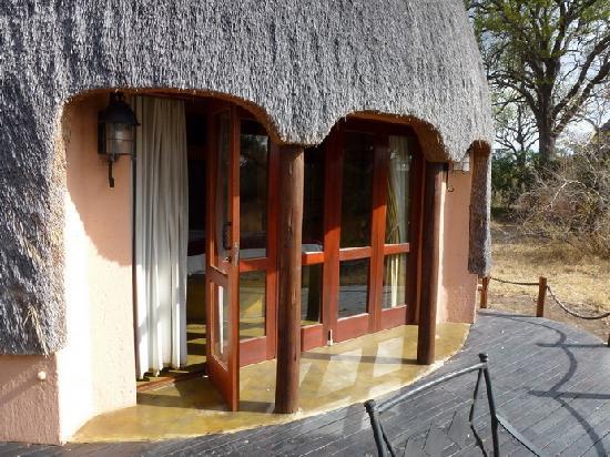 Hoyo-Hoyo Safari Lodge: La terrasse de notre hutte