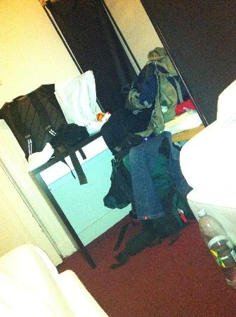 Marnix Hotel: A mouse on our luggage