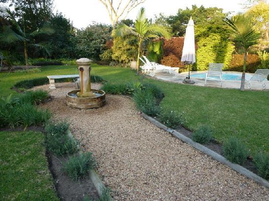 Petite Provence B&B: Une autre vue du jardin