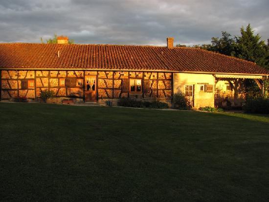 Le Boyer : Blick von der Roulotte auf das Haupthaus im Sonnenuntergang