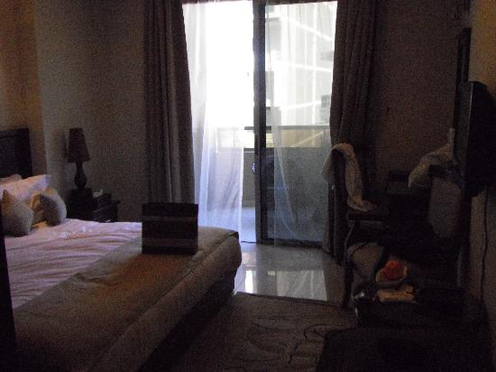 Midtown Hotel and Suites: The Room2