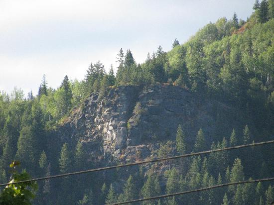 Dancing Bear Inn: View of Pulpit Rock from Hostel
