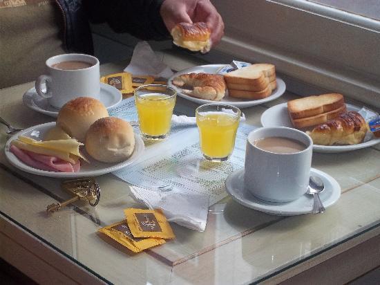 Hotel S.E.T.I.A: Desayuno tipo