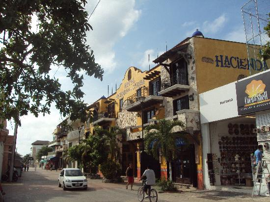 Hotel Hacienda del Caribe: Exterior view from 2nd Street