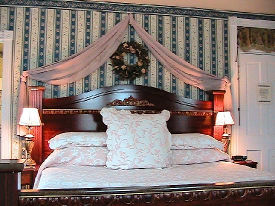 Miss Molly's Inn Bed & Breakfast: Bed in Margarete Henry room