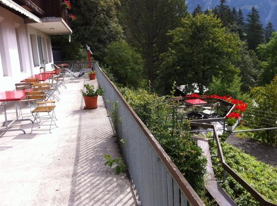 Grindelwald Youth Hostel: outdoor dining area
