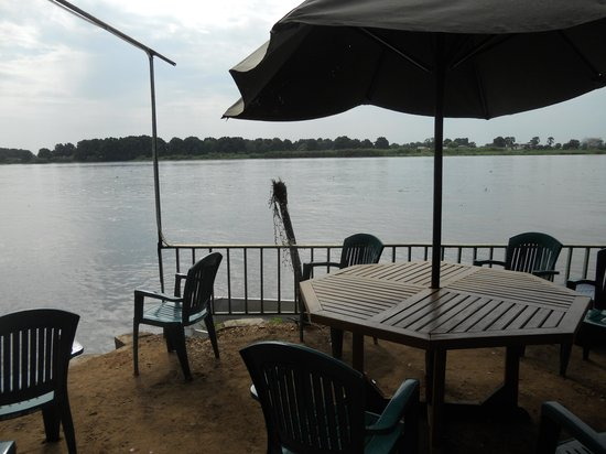 Oasis Camp : View of the White Nile from the beach bar