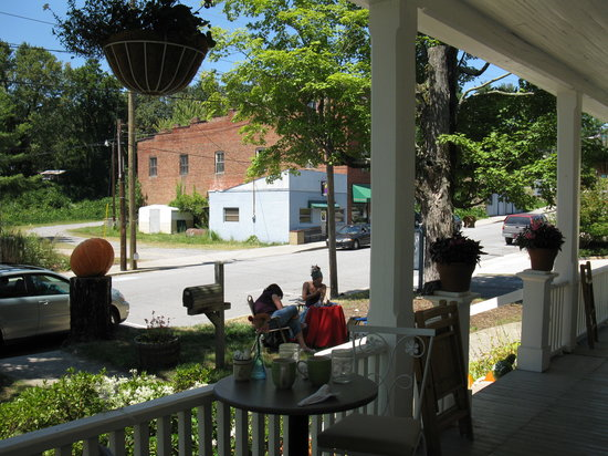 Louise's Kitchen : eat on the wrap-around porch!