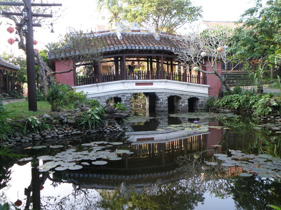 Fullmoon Town Restaurant & Bar : Puente y estanque