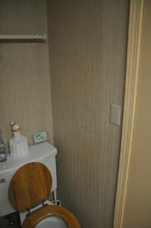 Almost in Mystic/Mare's Inn: Bathroom