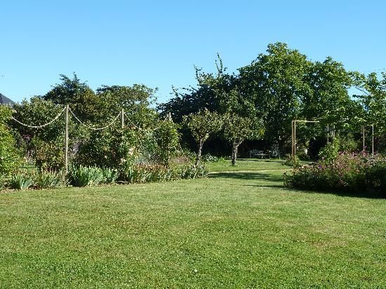 Manoir de la Pigeonnerie: Just part of this wonderful garden