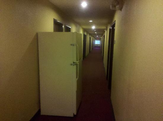 BridgePointe Inn & Suites: fridge in hallway, no handicap access here
