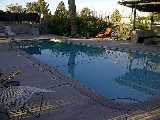 Thunderbird Hotel: Pool in early evening