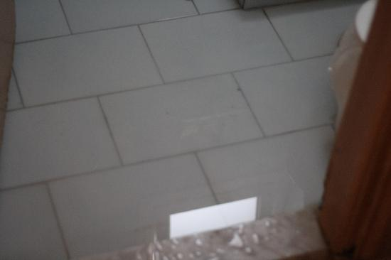 Hotel Kos Bay: Water on the bathroom floor