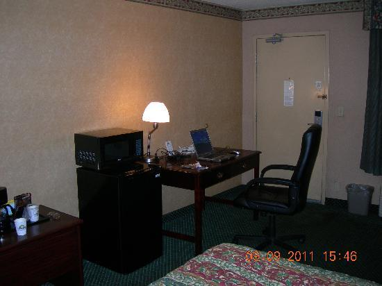 Days Inn And Suites York: Business Desk and chair