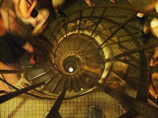 ประตูชัย: Spiral staircase