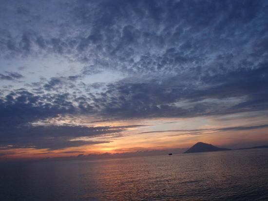 Bahowo Lodge: Sunset over Manado Tua after a full day of diving