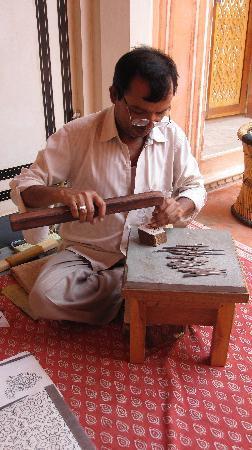 Museo Anokhi de Manuscritos: making blocks for printing