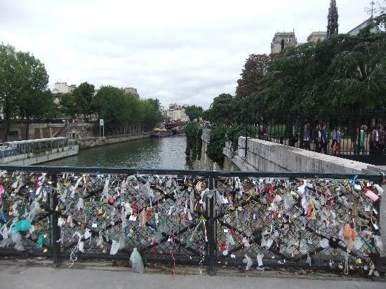 มหาวิหารน็อทร์-ดาม: Bridge of locks