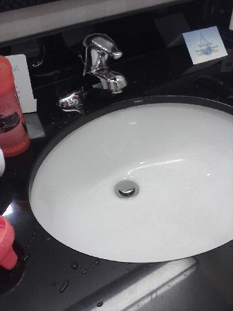 Fairfield Inn & Suites Harrisburg West: bathroom sink faucet leaking water very slowly