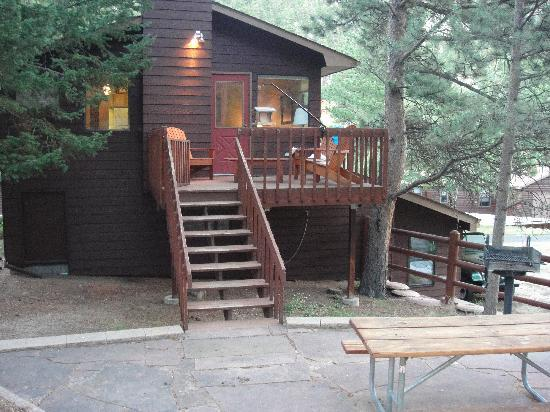 Castle Mountain Lodge: back of cabin
