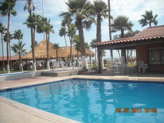 Hotel Riviera Coral : la alberca y palapa
