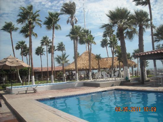 Hotel Riviera Coral: otra vista de al alberca y palapa