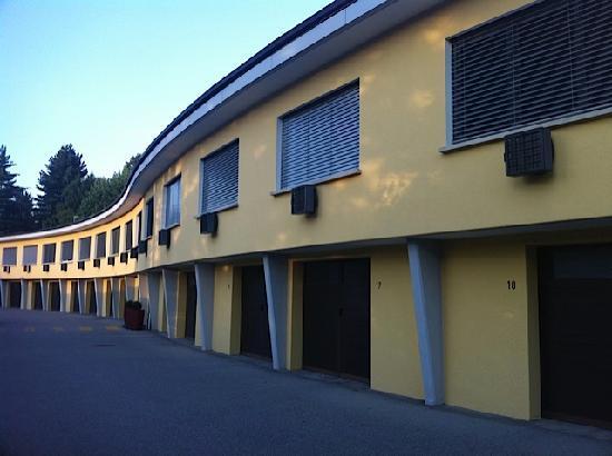 Hotel Vezia: Rooms above own garage