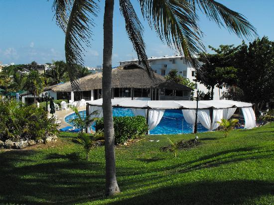 Hotel Dos Playas Beach House: View of the pool